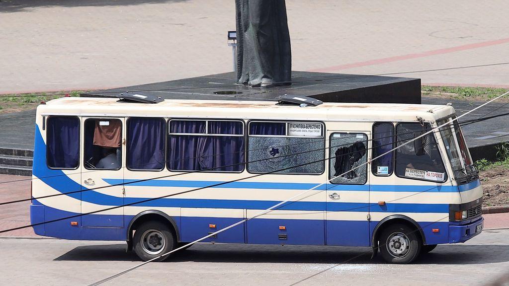 Pánico en un autobús en Ucrania: un hombre armado hasta los dientes mantiene a 20 personas secuestradas