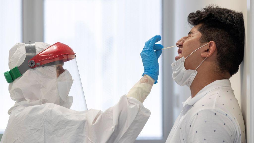 Un sanitario realiza una prueba PCR a un jóven en Totana, Murcia