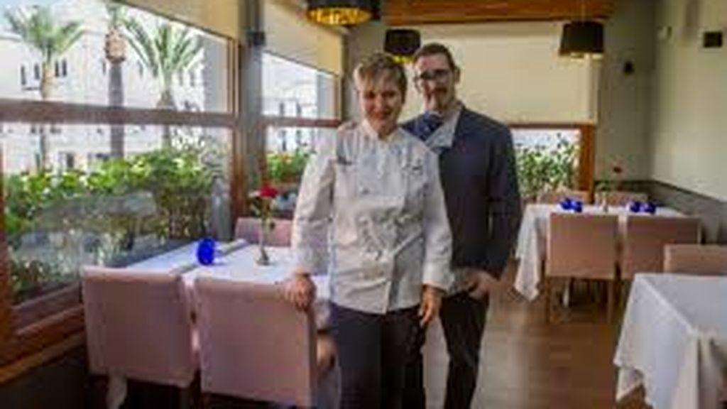 """La chef del restaurante, Cristina Figueira, junto a uno de los hermanos de """"el Xato"""", Francisco Cano"""
