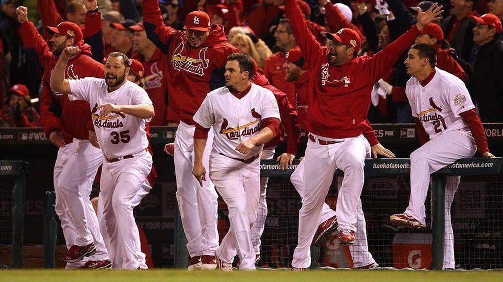 jugadores de los St. Louis Cardinals celebrando un tanto anotado en un partido de béisbol