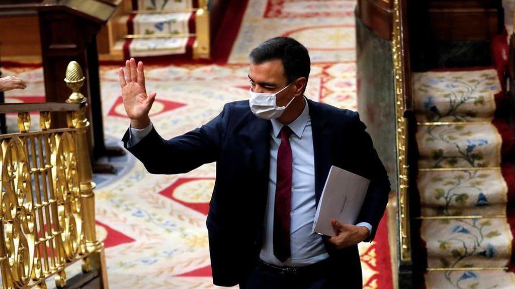 El presidente del Gobierno, Pedro Sánchez, saluda a su bancada en el Congreso