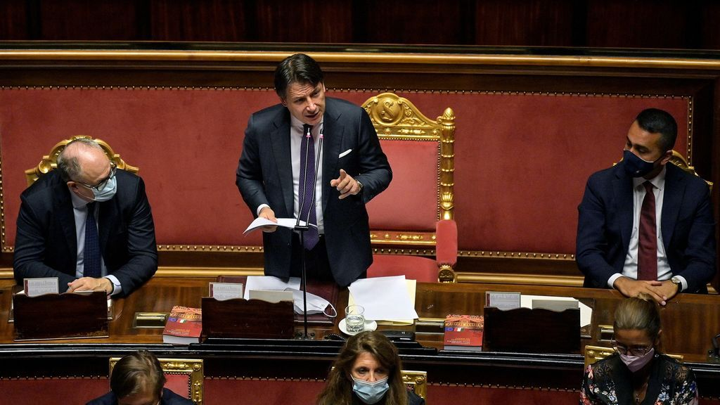 Giuseppe Conte recibe el aplauso del Parlamento italiano