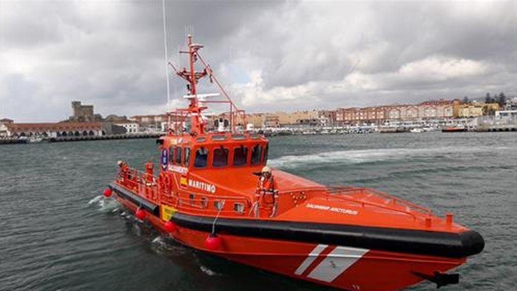12 niños en una patera: los menores han sido rescatados junto a 22 adultos subsaharianos, en Gran Canaria