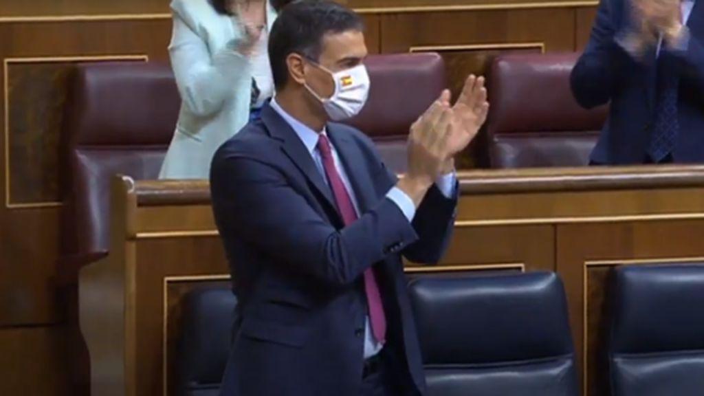 Sánchez con mascarillas con la bandera de España