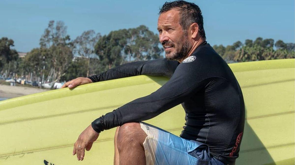 Coger olas pasados los 50 o el auge del surf como entrenamiento completo para exprimir la madurez