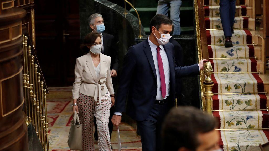 Pedro Sánchez se pone la mascarilla con la bandera de España