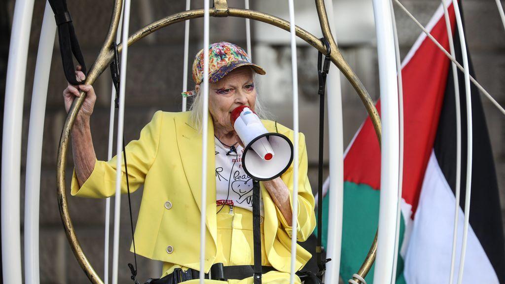 Vivienne Westwood, enjaulada y vestida de amarillo para pedir la libertad de Julian Assange