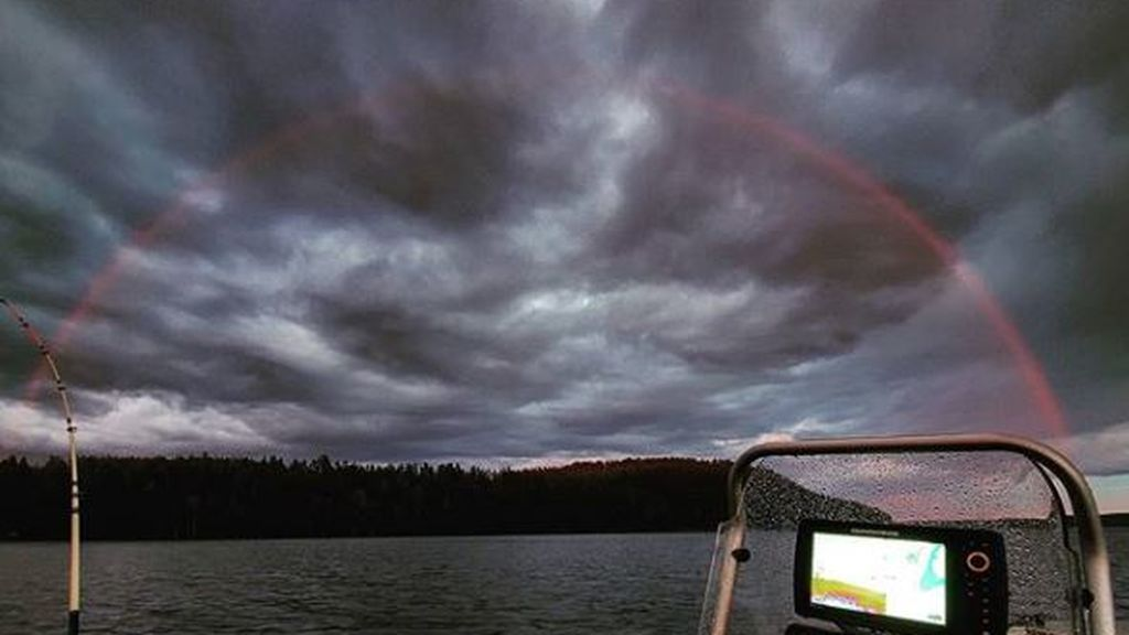 Arcoíris rojo entre las nubes: la explicación al misterio del cielo de Finlandia
