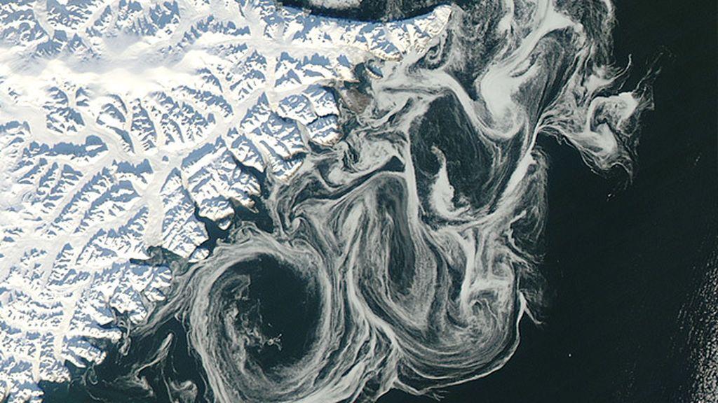 El deshielo del Ártico como un cuadro de Van Gogh: las corrientes dibujan ondulaciones en la costa de Groenlandia