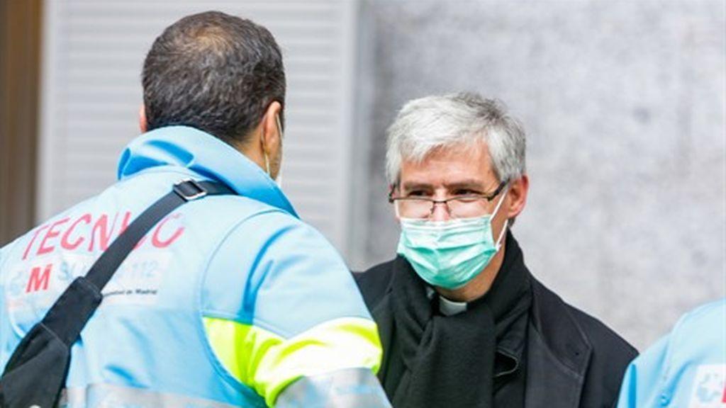 Ayuso pagará casi un millón de euros al año a la Iglesia para para que haya curas en los hospitales madrileños