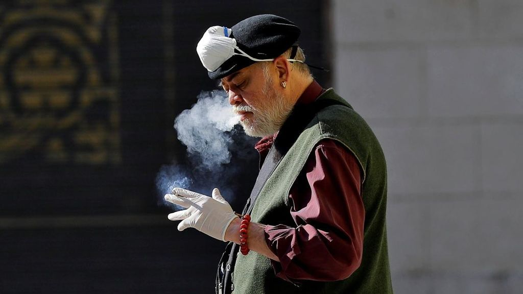 Los epidemiólogos piden no fumar en playas y terrazas para evitar contagios de COVID-19
