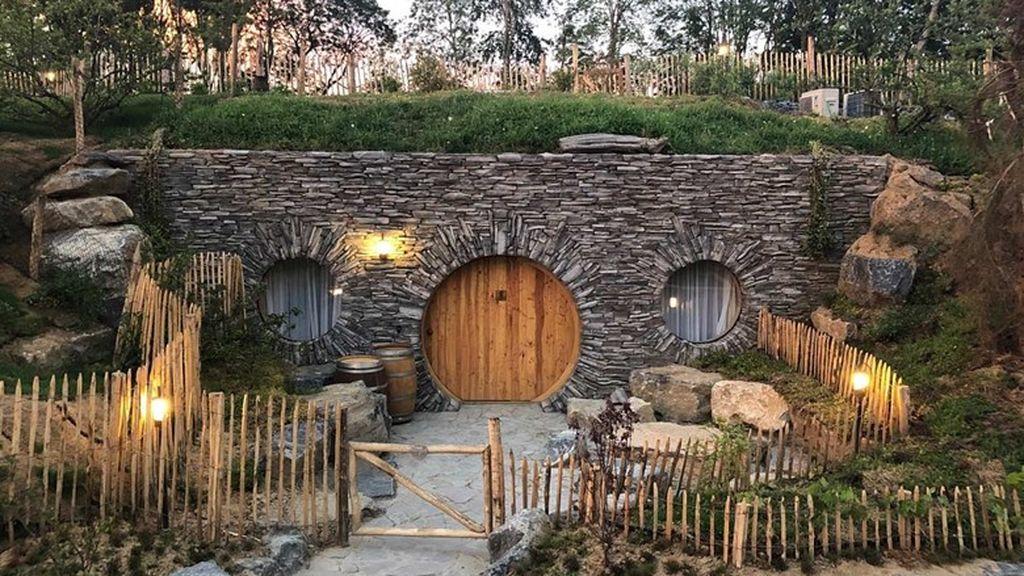 01-Full-moon-lodge-La-derniere-frontiere-Pairi-Daiza-facade