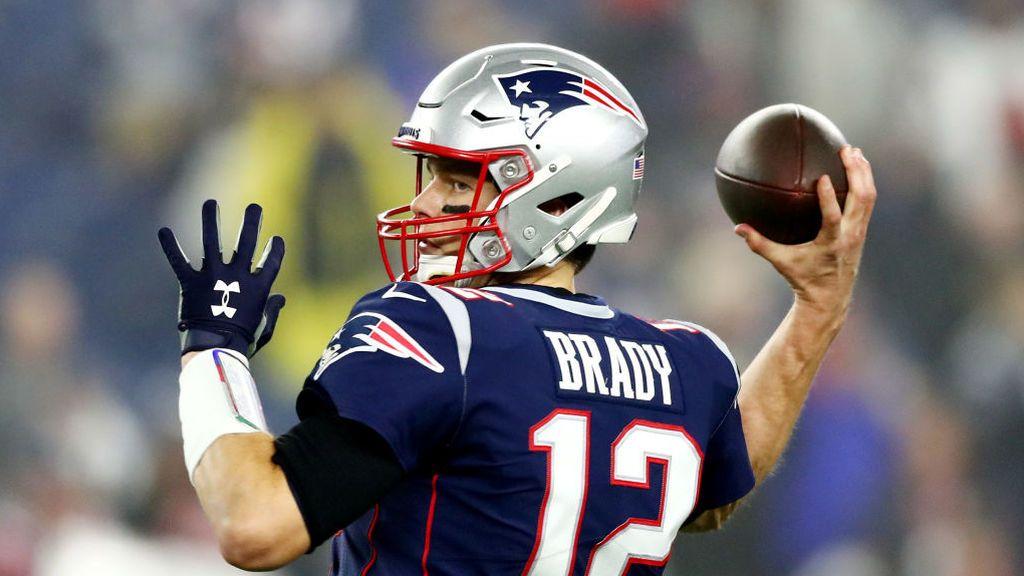 Tom Brady a punto de lanzar un pase durante un partido de la NFL