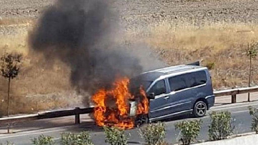 Humo en el capó, calentón veraniego en el coche: cómo reaccionar y evitar el daño