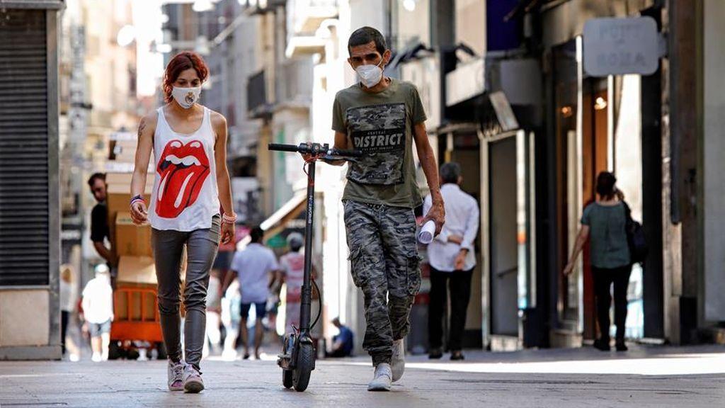 Varias personas caminan por el centro de Lleida