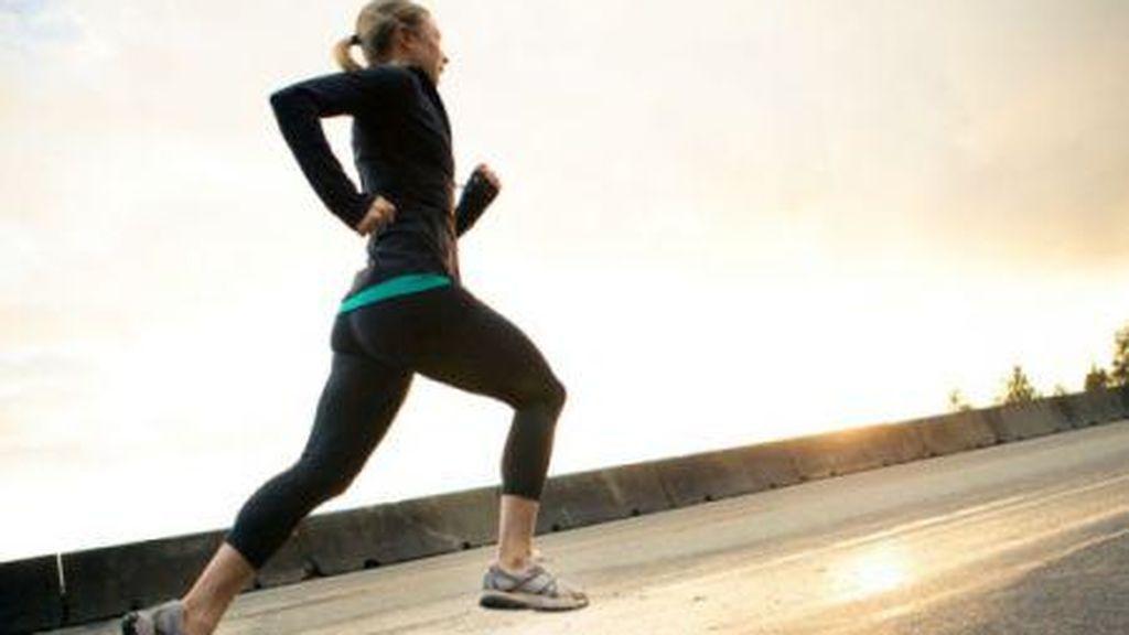 mujer realizando un entrenamiento corriendo