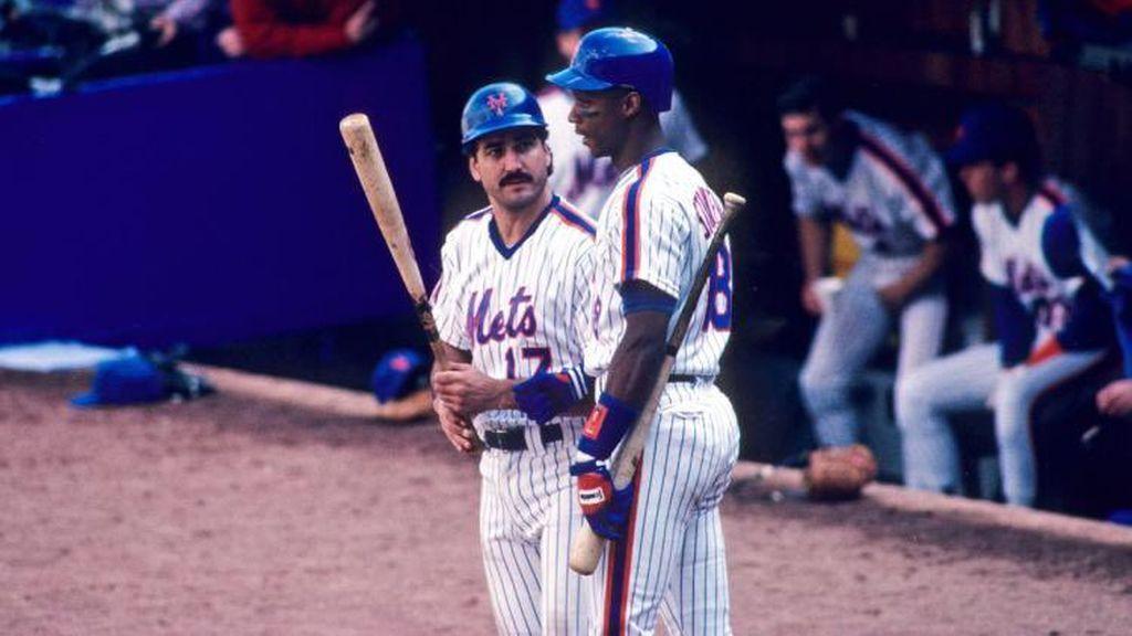 Keith Hernandez & Darryl Strawberry en un partido de béisbol de los Mets