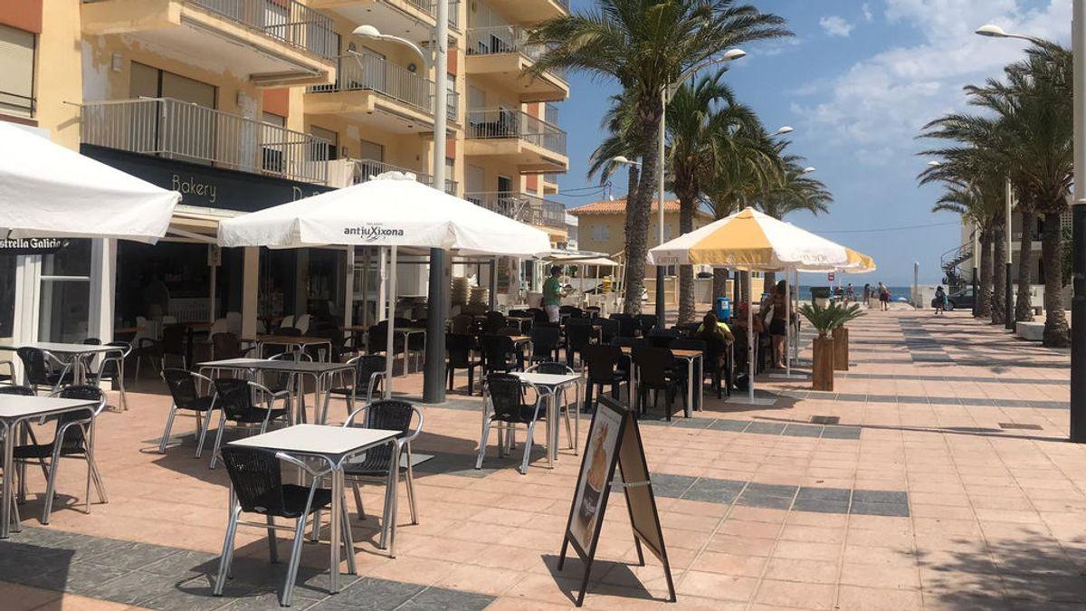 Locales hosteleros en la playa de la localidad de Oliva.