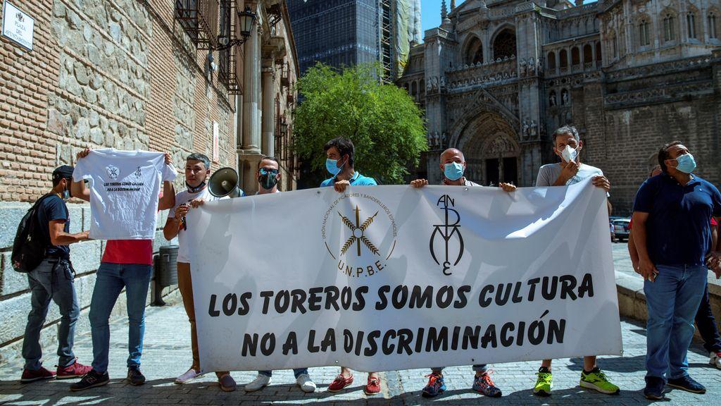 Un grupo de profesionales del toro insultan y golpean el coche de la ministra Yolanda Díaz en Toledo
