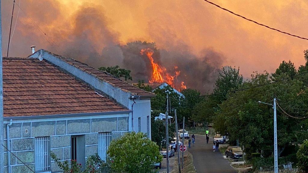 El incendio de Monterrei llega a las casas de A Salgueira
