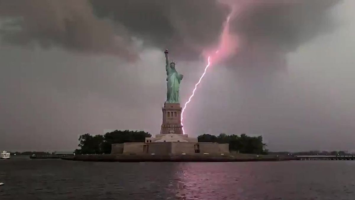"""Un rayo impacta en la Estatua de la Libertad: """"La mejor grabación de mi vida"""""""