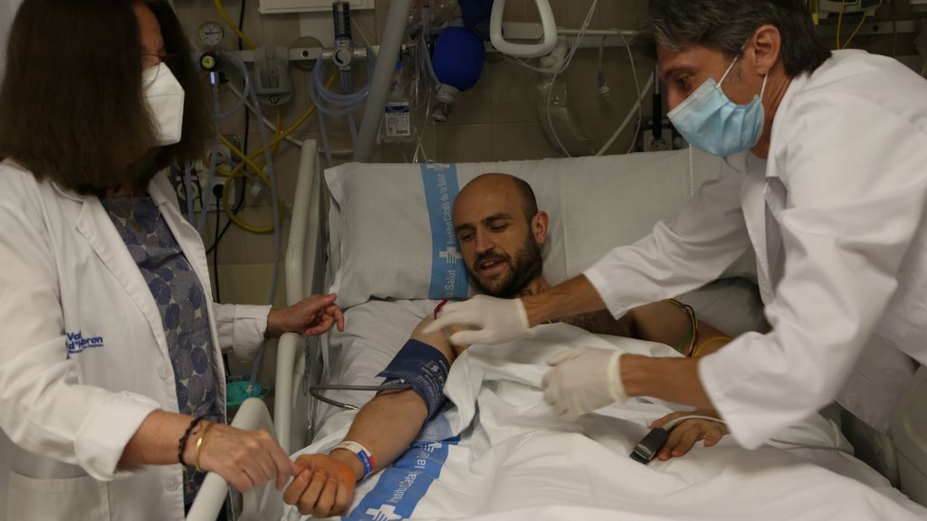 EuropaPress_3246343_profesionales_atienden_paciente_nueva_unidad_semicriticos_hospital