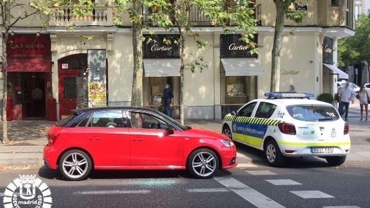 Rescatan a un bebé al que sus padres dejaron dentro del coche a 37 grados en la calle Serrano, en Madrid