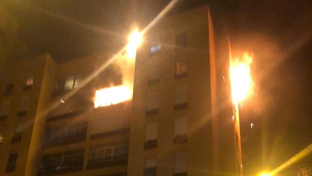 Diecinueve heridos leves en un incendio de un edificio en Santa Cruz de Tenerife