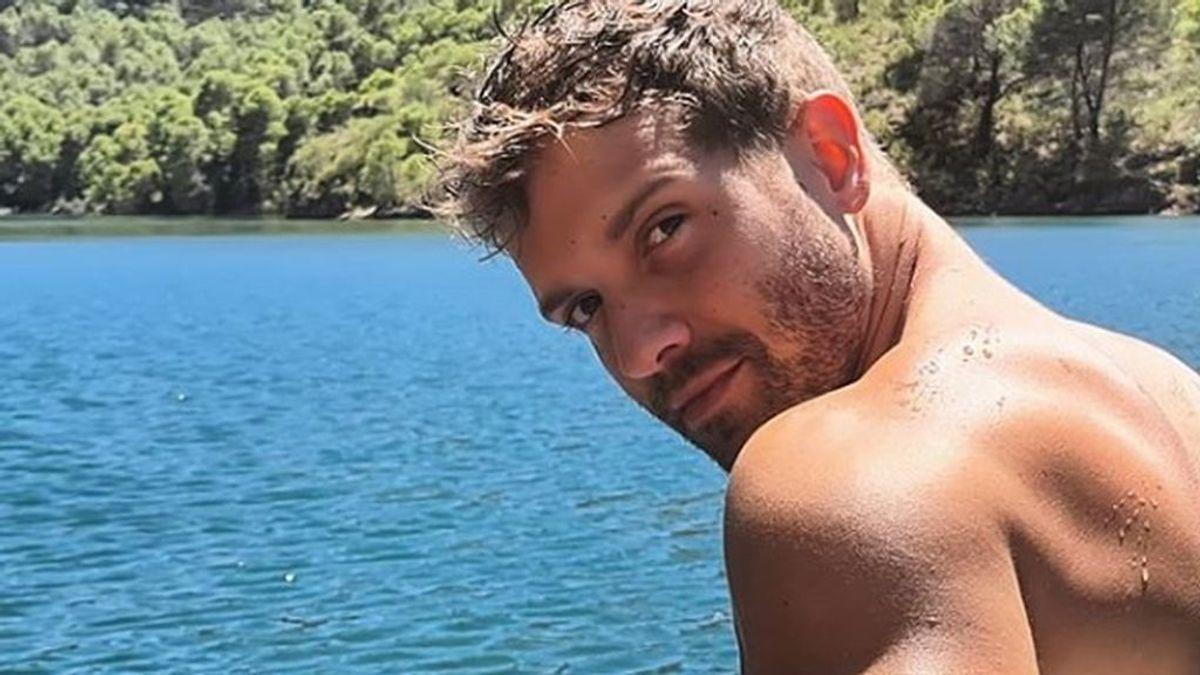 Pablo Alborán, disfrutando de sus vacaciones en un río