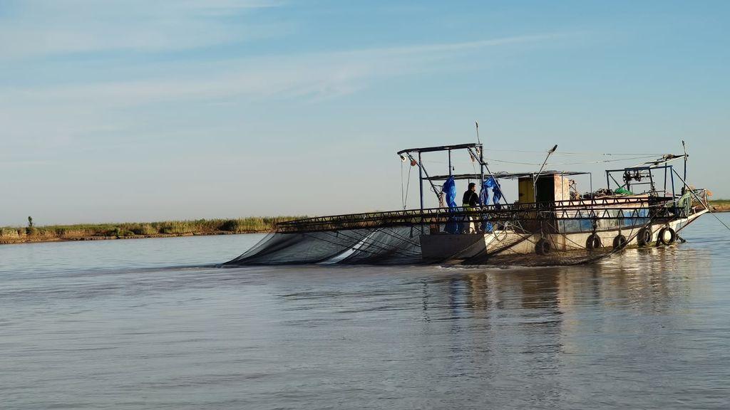 Una angulera ilegal en el Guadalquivir