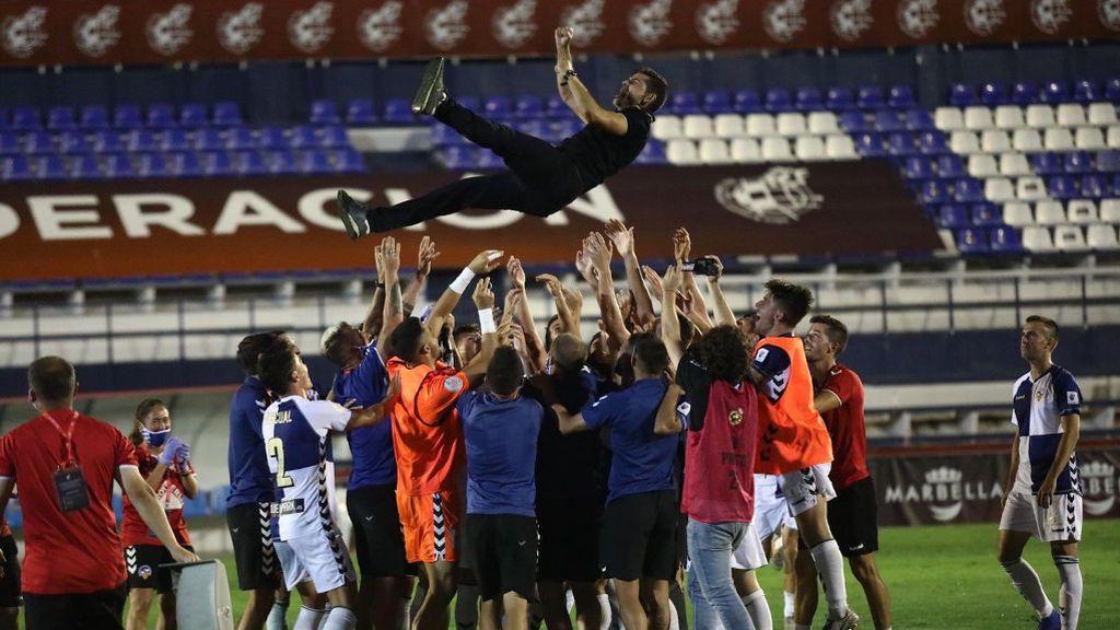La descontrolada celebración de los aficionados del Sabadell obliga a suspender su rúa por el ascenso a Segunda