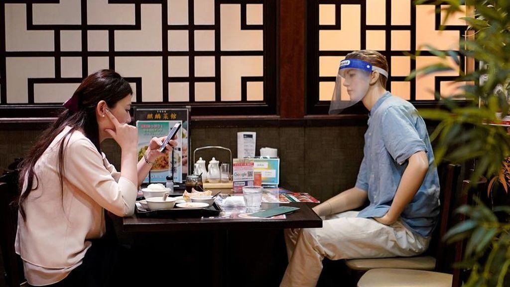 Recordar la distancia social con elegancia japonesa: El dueño de un restaurante en Tokio usa maniquíes