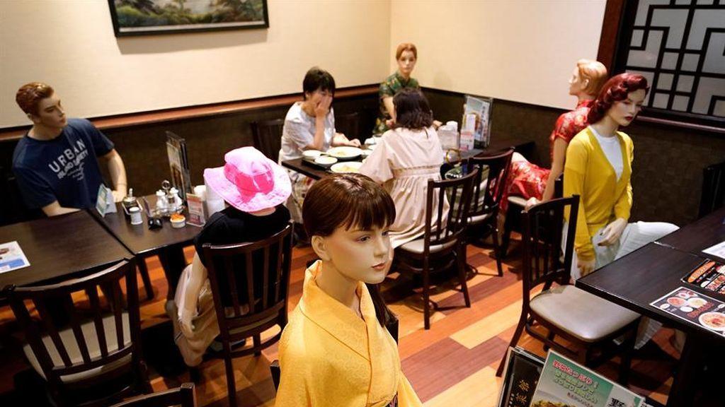 Maniquíes en un restaurante en Japón para recordar mantener la distancia de seguridad