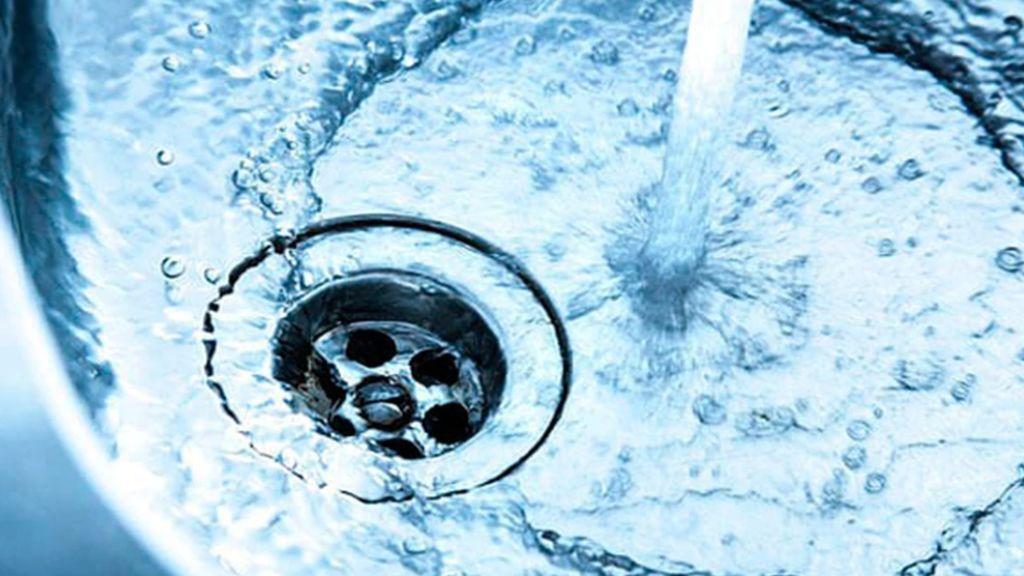 grifo derrochando agua