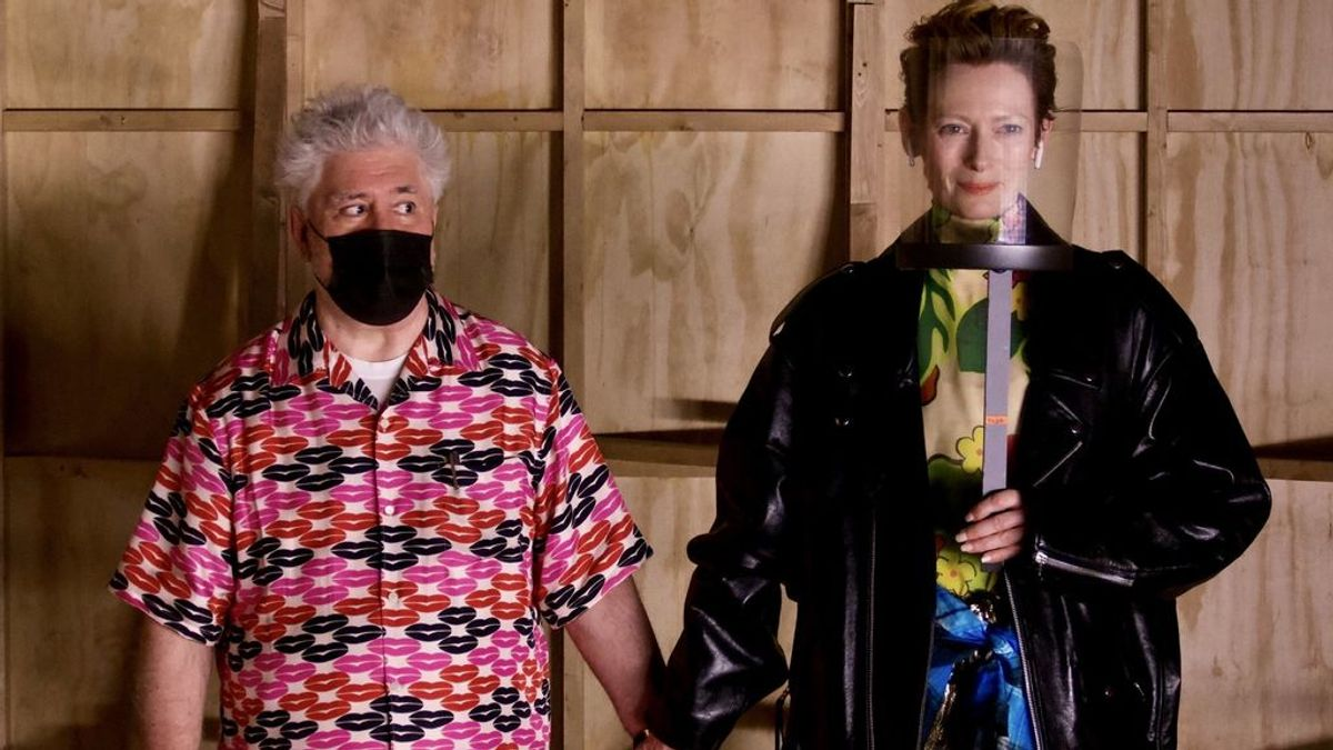 """Almodóvar y Tilda Swinton celebran """"de la mano"""" el fin de rodaje de su corto: """"El señor Covid no estuvo aquí"""""""