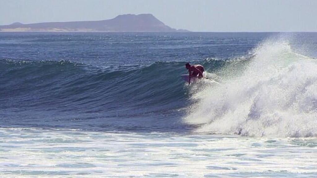surfista tomando una ola durante el ASP World Tour