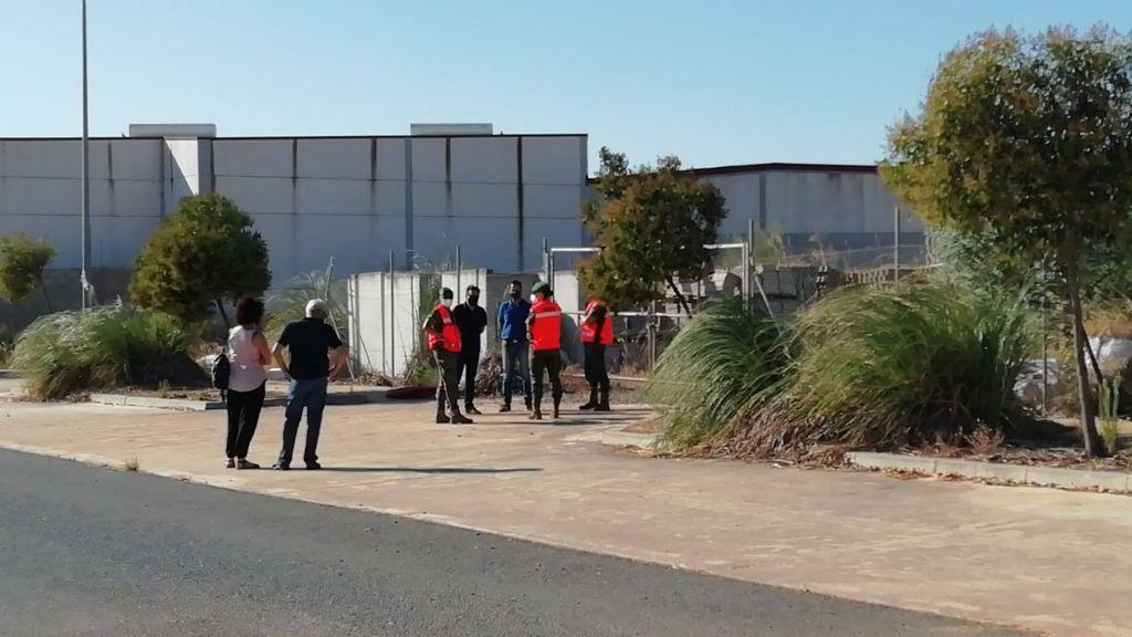 Más de un centenar de inmigrantes deambulan desde hace 15 días por Lepe y rechazan un solar a 6 kilómetros del pueblo