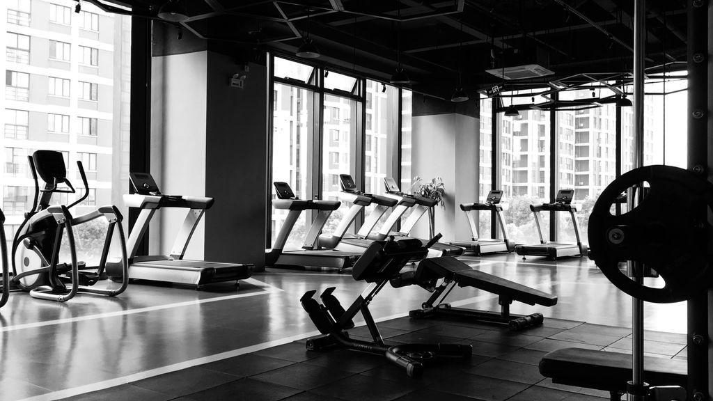Ejercicios compuestos, plan de ejercicios definido y una bolsa bien pertrechada. Claves para tu primer día en el gimnasio