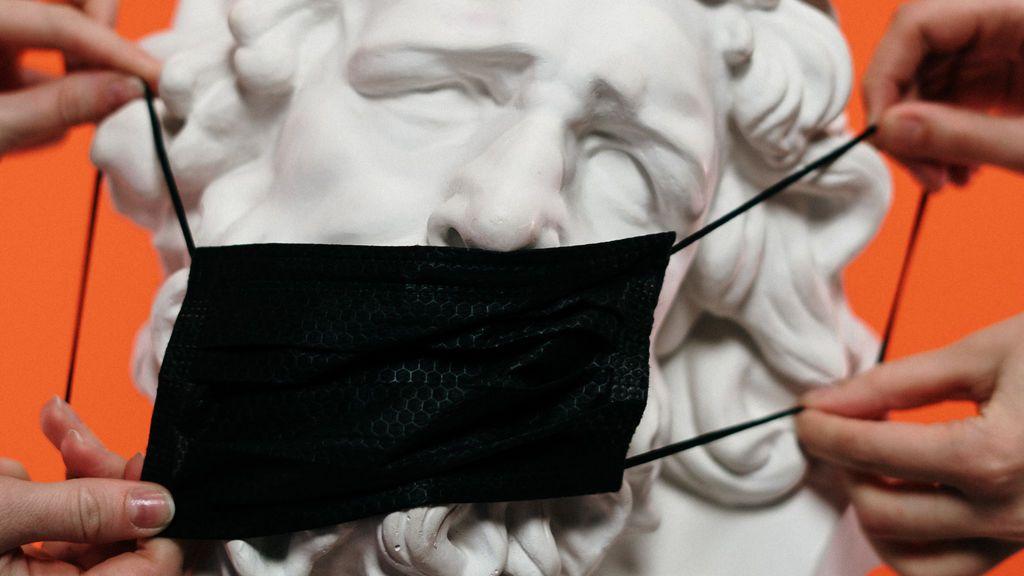 Estatua con máscara