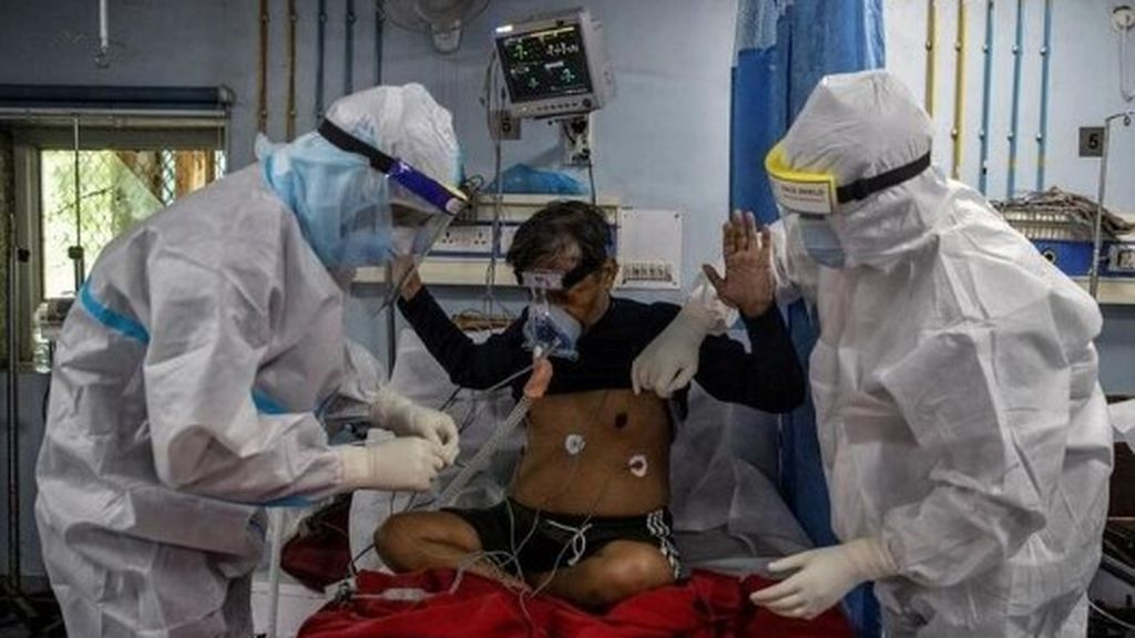 Un paciente contagiado con coronavirus es tratado en un hospital de Nueva Delhi