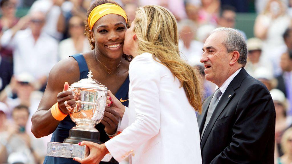 Arantxa Sánchez Vicario entregando un premio a Serena Williams