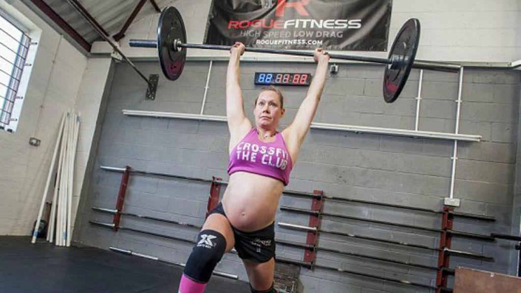 mujer embarazada practicando un ejercicio de crossfit