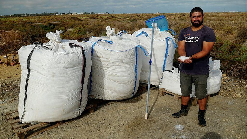 Antonio Piedad con la flor de sal que cosecha