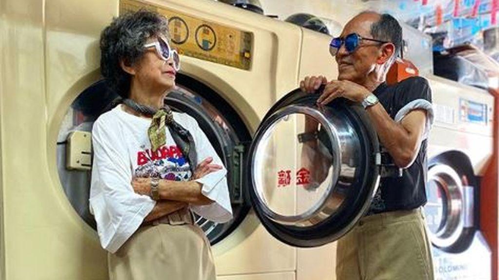 Una pareja de octogenarios se hace famosa por vestirse con la ropa que nunca recogieron los clientes de su lavandería