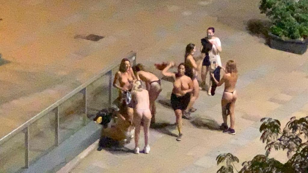 200 personas sin mascarilla y chicas desnudas en las calles de Mataró