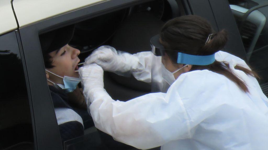 """Los expertos contra la cartilla COVID de Ayuso: """"Es inútil, discriminatorio y una amenaza para la salud pública"""""""