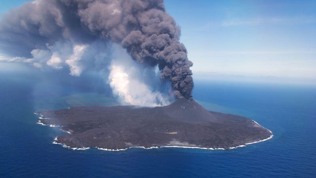 Nishinoshima: la isla japonesa en erupción que crece de tamaño con los años