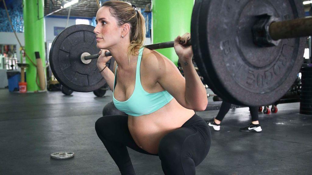 mujer embarazada haciendo una sentadilla en crossfit