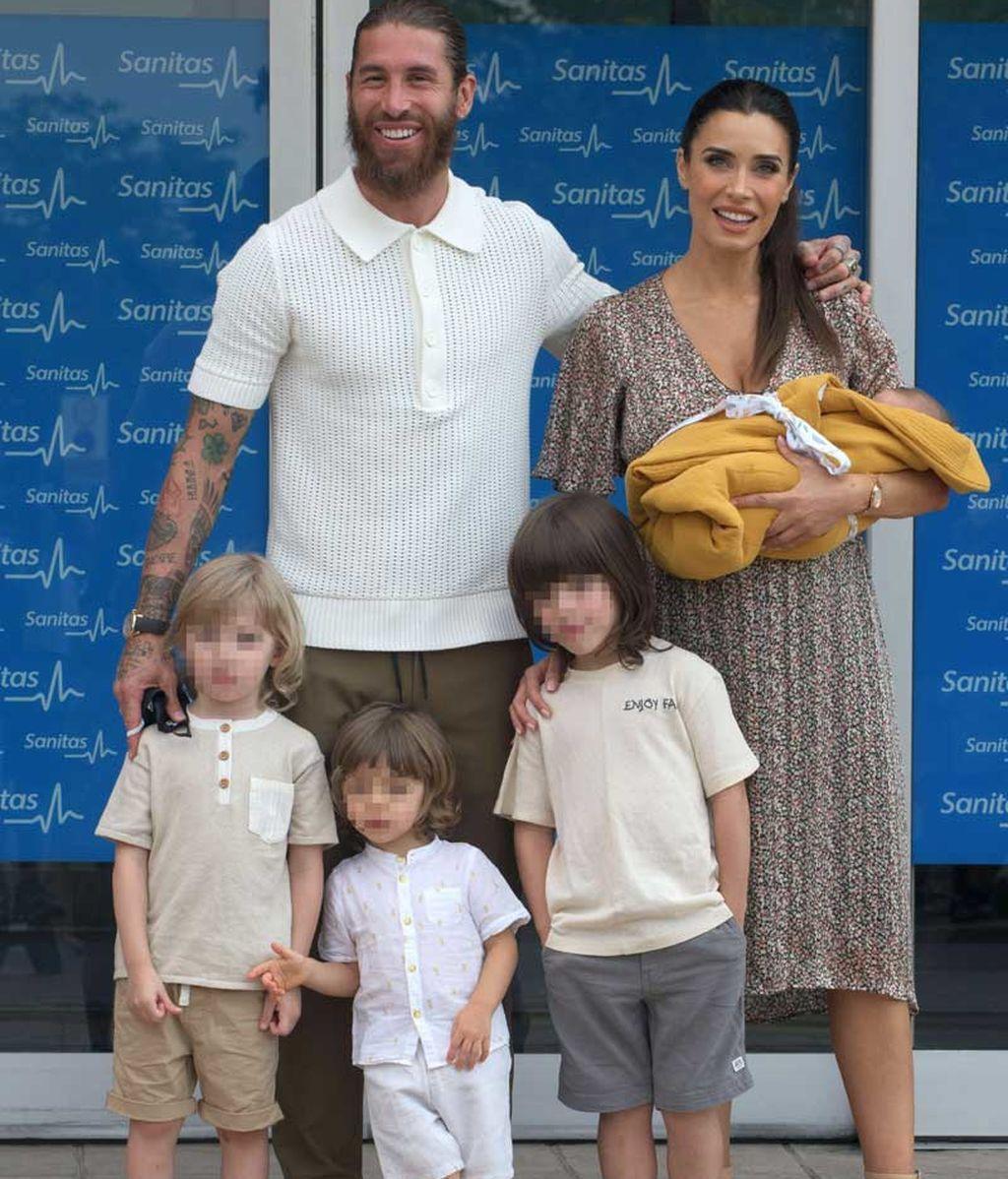 Sergio Ramos y Pilar Rubio posan con sus cuatro hijos