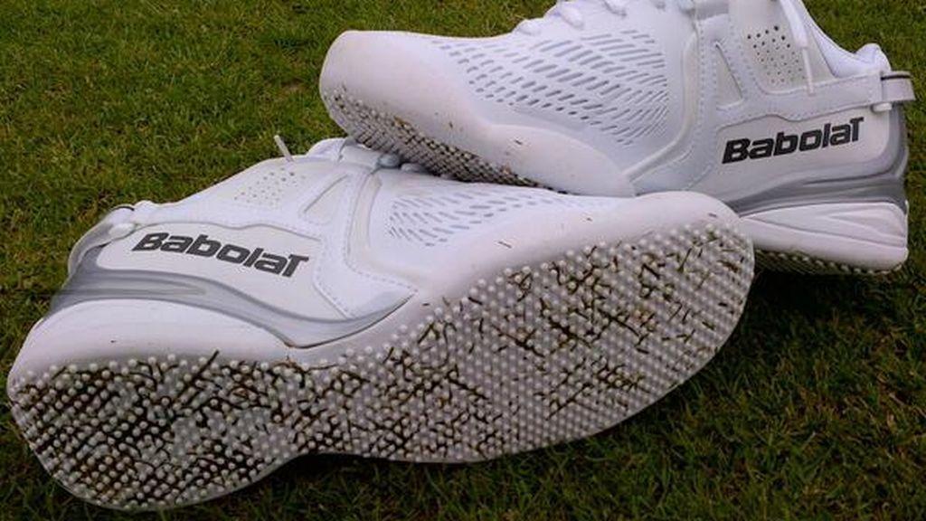 zapatillas blancas de tenis para jugar sobre hierba